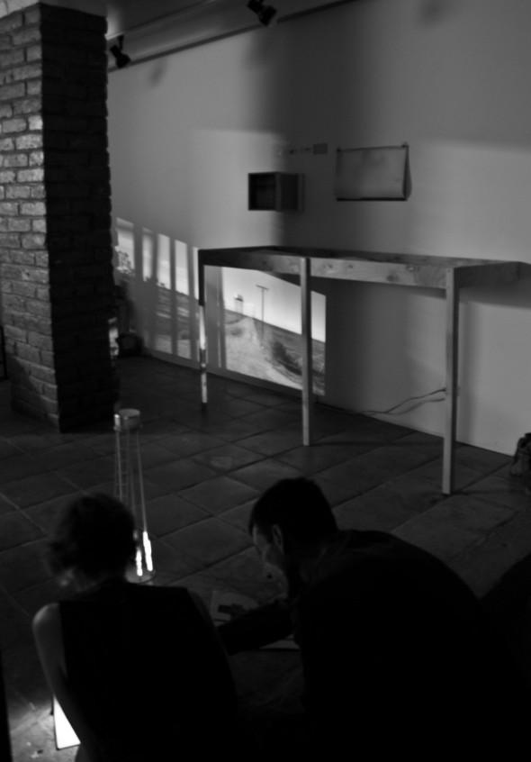 En la sombra del torre, haciendo una proyección.
